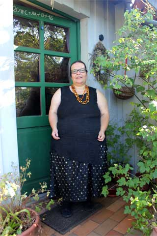 Märchenerzählerin steht in Tür