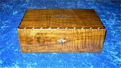 Geschlossene Schatzkiste aus edlem Holz
