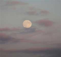 Mond am nebligen Himmel