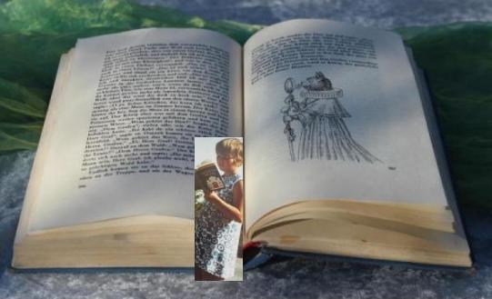 Auf einem aufgeschlagenen Märchenbuch liegt ein Lesezeichen, das die Erzählerin als lesende Jugendliche zeigt