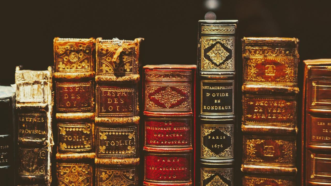 Bücher mit alten Buchumschlägen in einem Regalfach