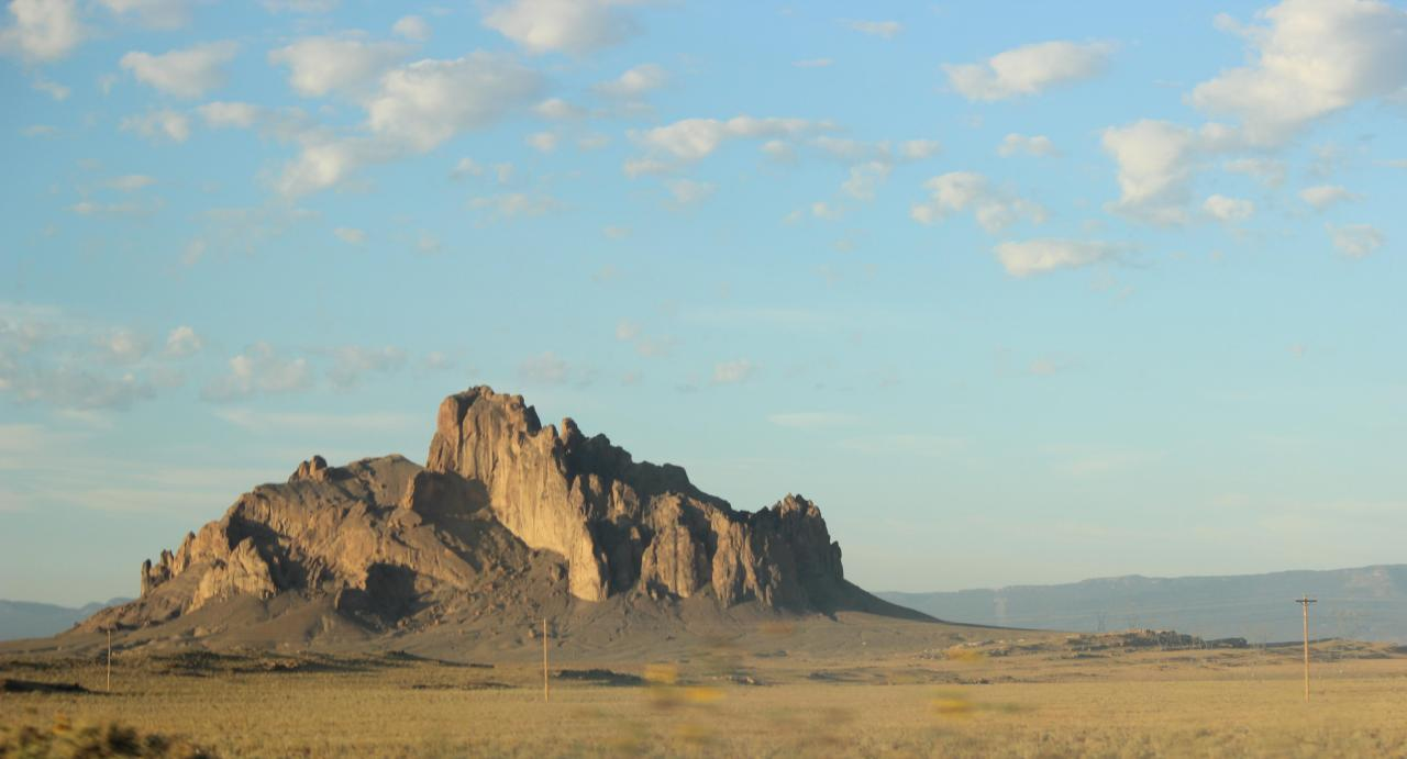 Felsen in der Dämmerung, Schäfchenwolken