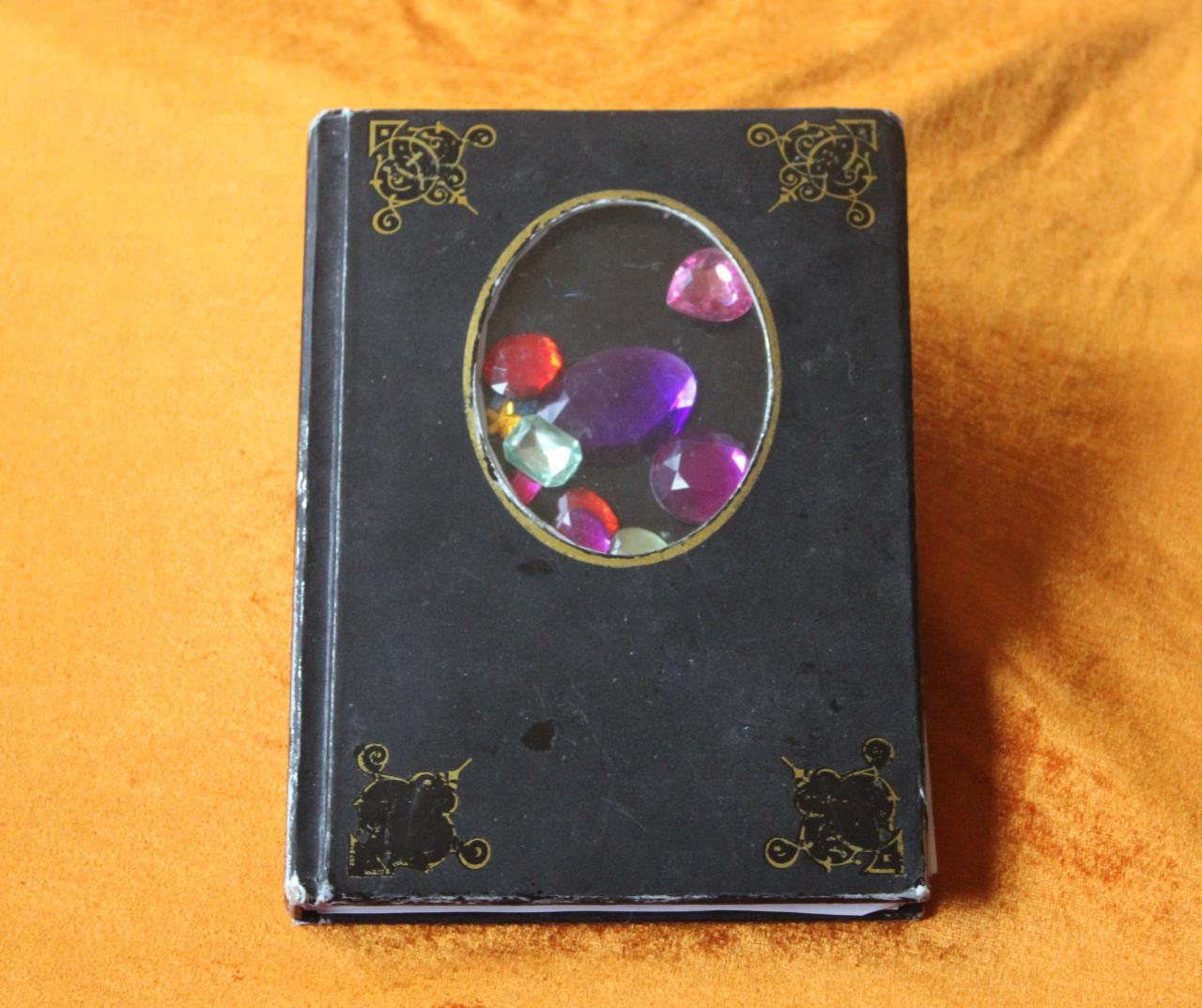 Mein schwarzes Auftrittsbuch mit Edelsteinen