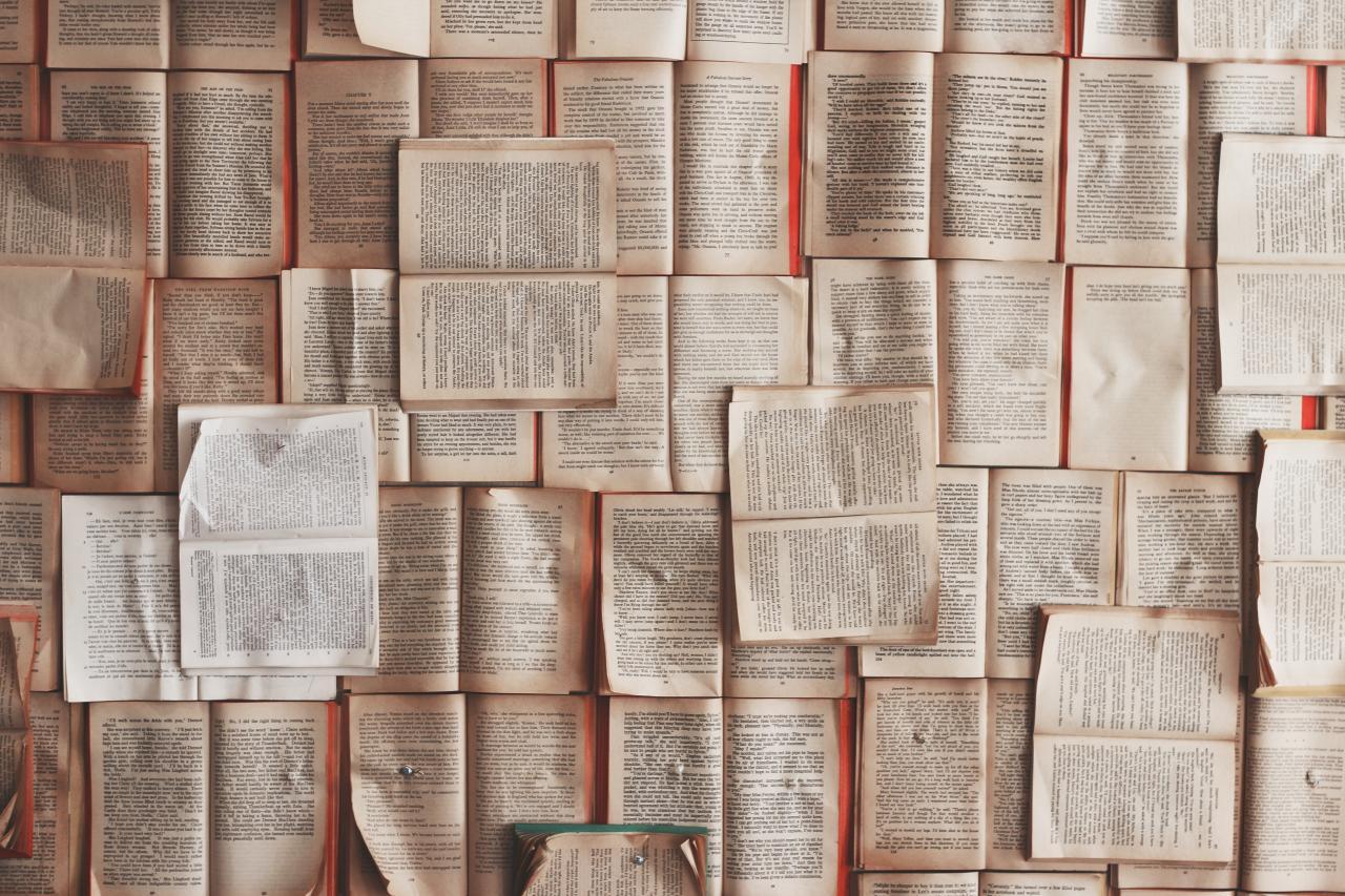 Buchseiten kreuz und quer ausgelegt
