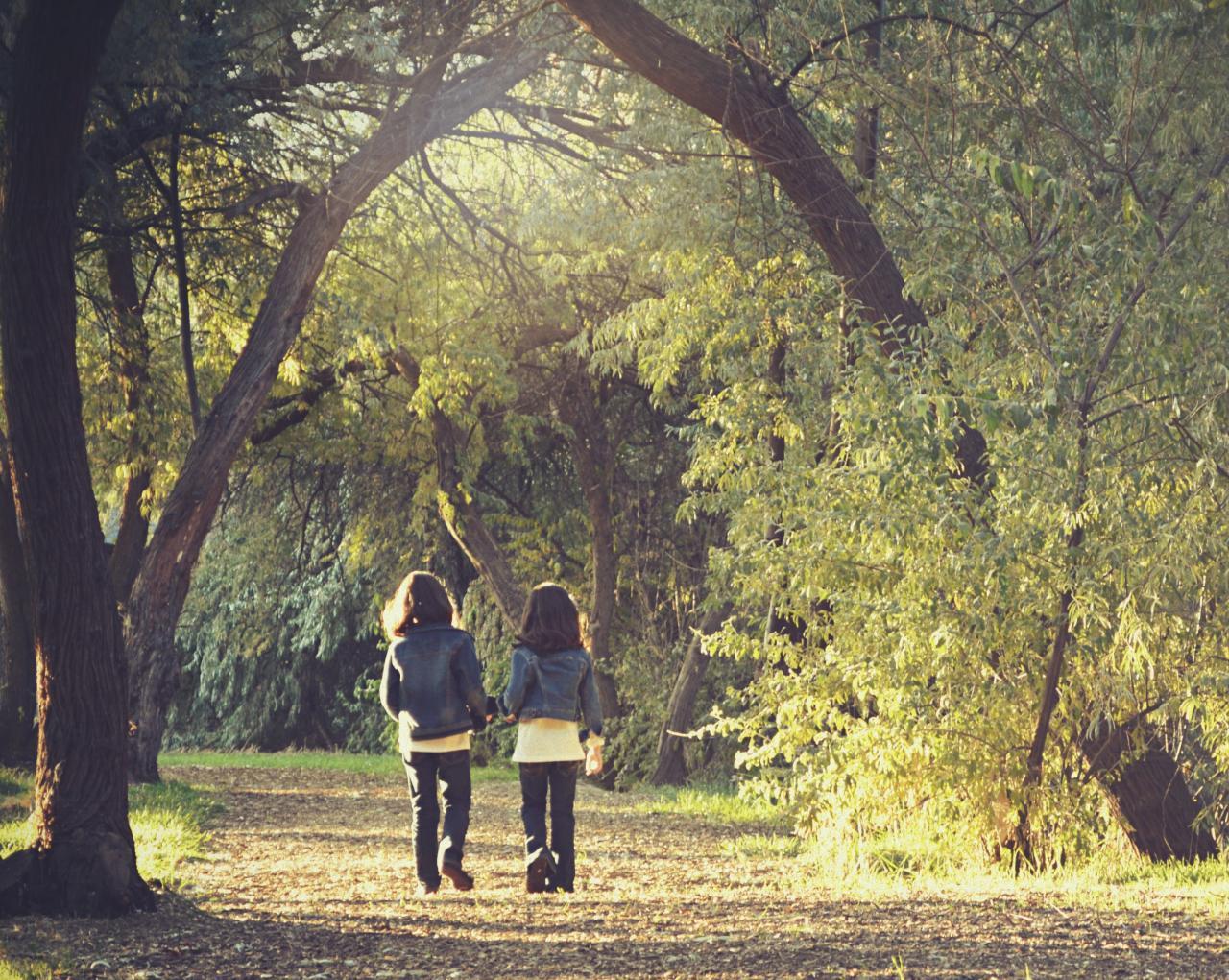 Zwei Mädchen gehen in den Wald