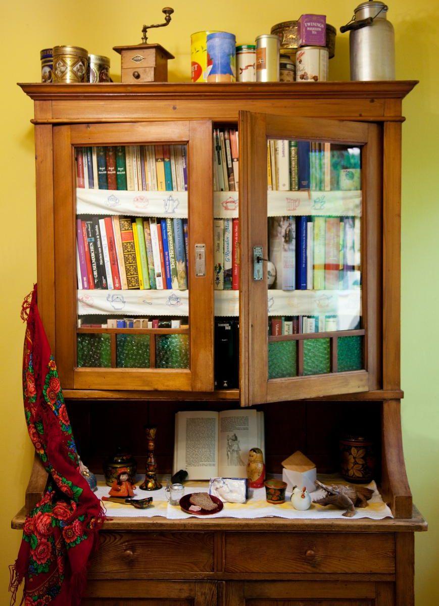 Altes Küchenbuffet mit Märchenbüchern oben und im Mittelteil Märchensymbole