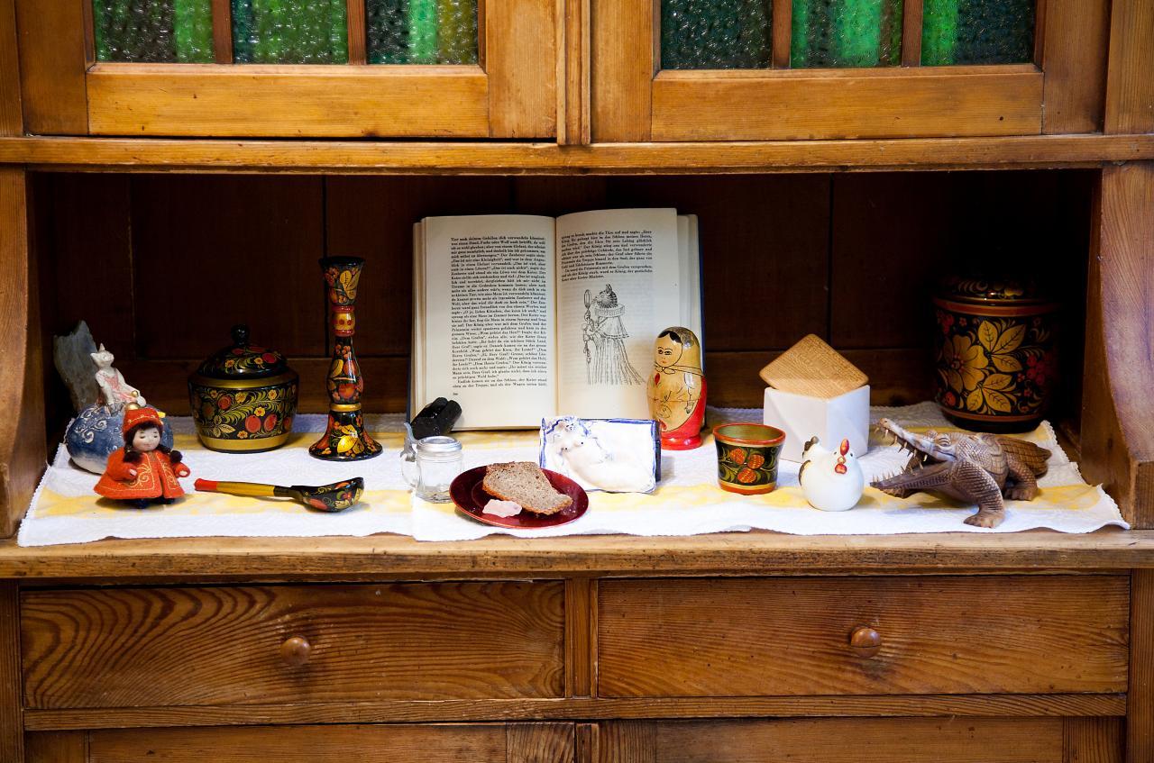 Märchenhafte Gegenstände und ein aufgeschlagenes Märchenbuch