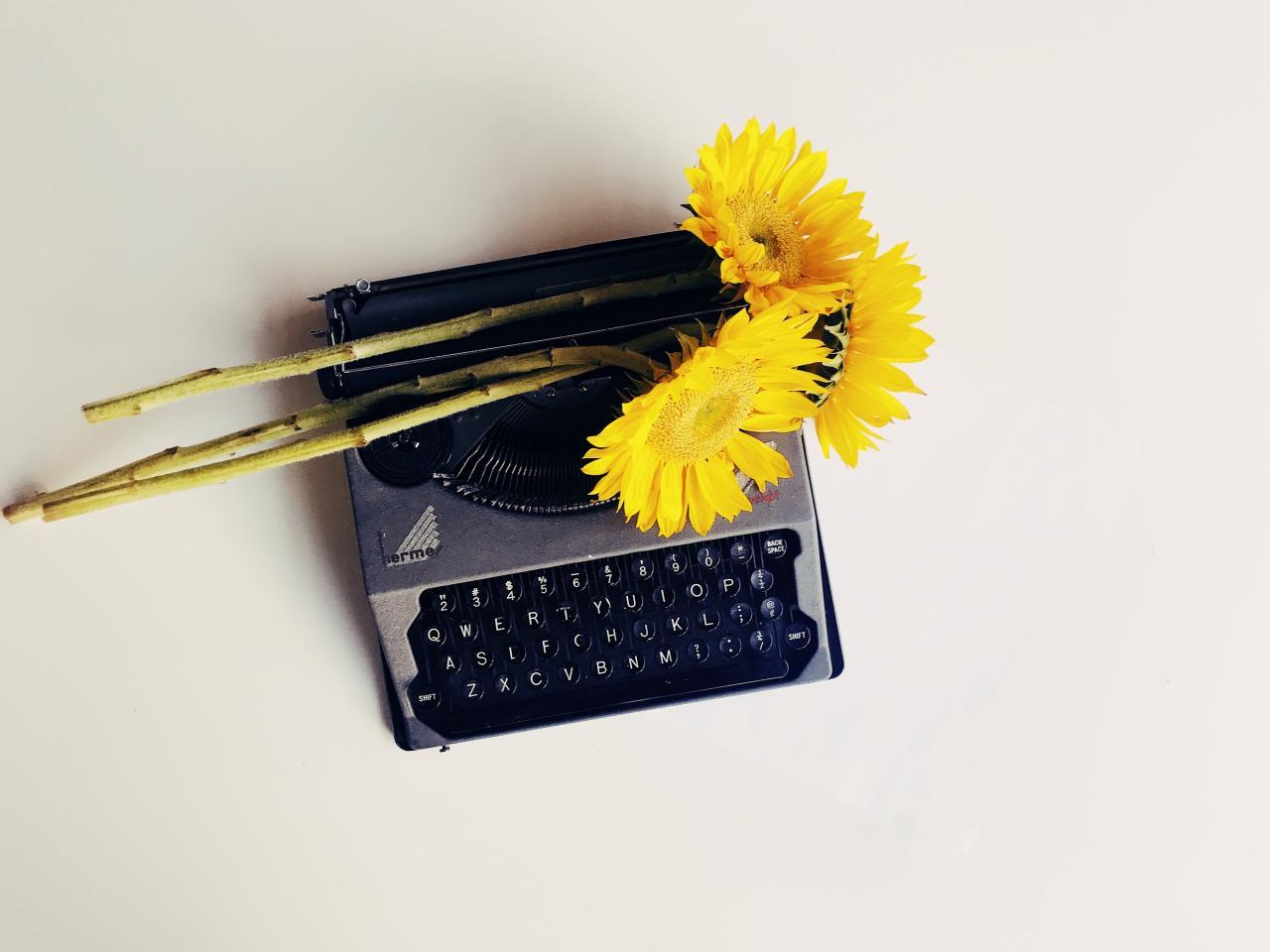 Schreibmaschine mit gelben Blumen