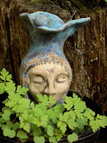 Keramikfigur mit einem Bart aus Storchschnalbelblättern