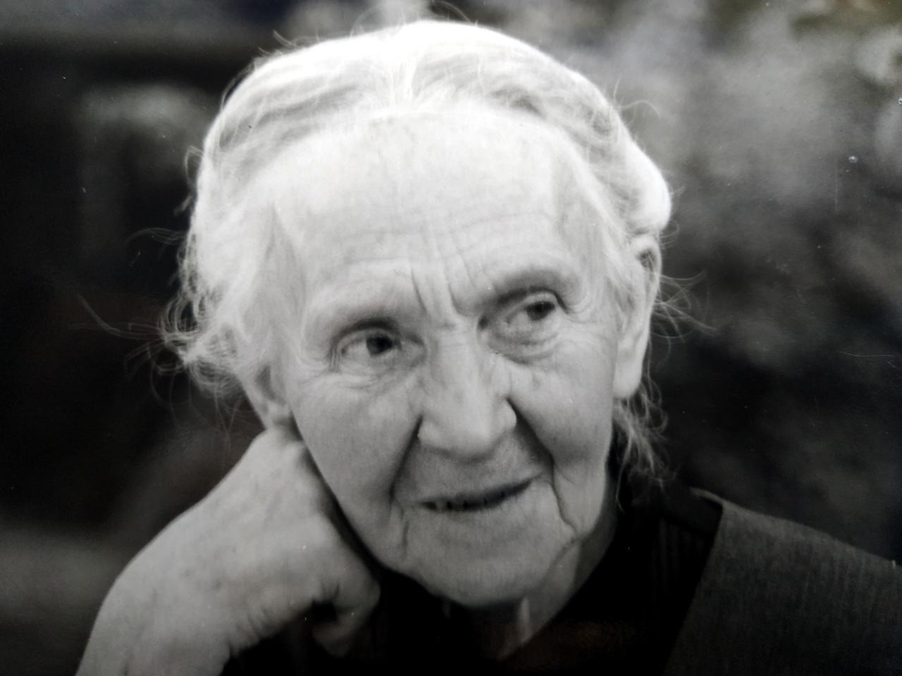 Großmütterchen in schwarz-weiß